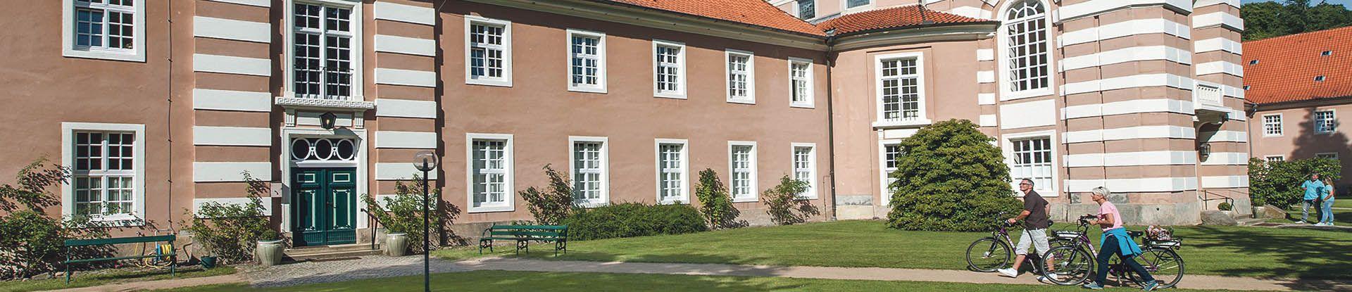 Radfahrer am Kloster Medingen