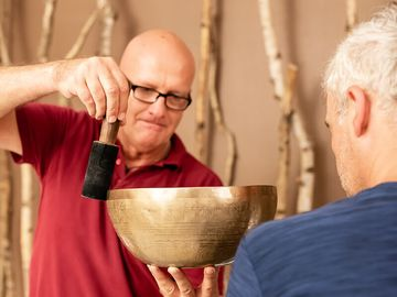 Klangschalen Anwendung im Spa und Vital Center der Jod-Sole-Therme Bad Bevensen