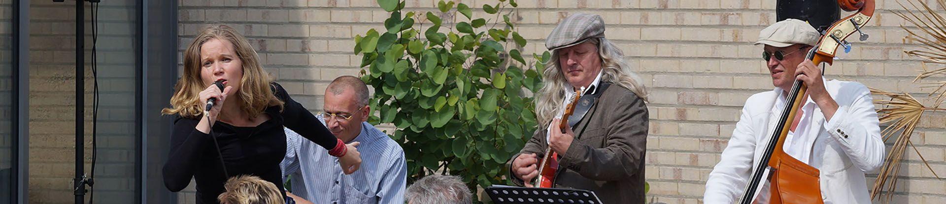 Musiker spielen ein Konzert im Kurpark Bad Bevensen