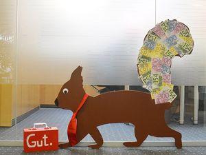 Hans-Hermann-Kunstaktion: das Eichhörnchen als Bankkaufmann