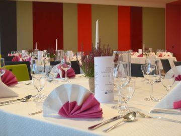 Festlich gedeckte Tische in den Veranstaltungsräumen im Kurhaus Bad Bevensen