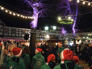 Gruppe Weihnachtsmänner Weihnachtsmarkt