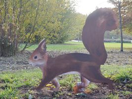 Hans-Hermann-Kunstaktion: das Eichhörnchen als natürlich bemalte Holzfigur