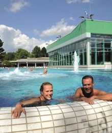 Urlauber entspannen im Strömungskanal der Jod-Sole-Therme Bad Bevensen