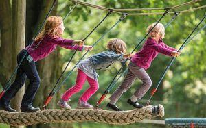 Kinder spielen im Wildpark Lüneburger Heide