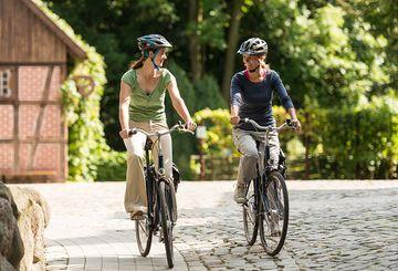 Radfahrerinnen in der Lüneburger Heide