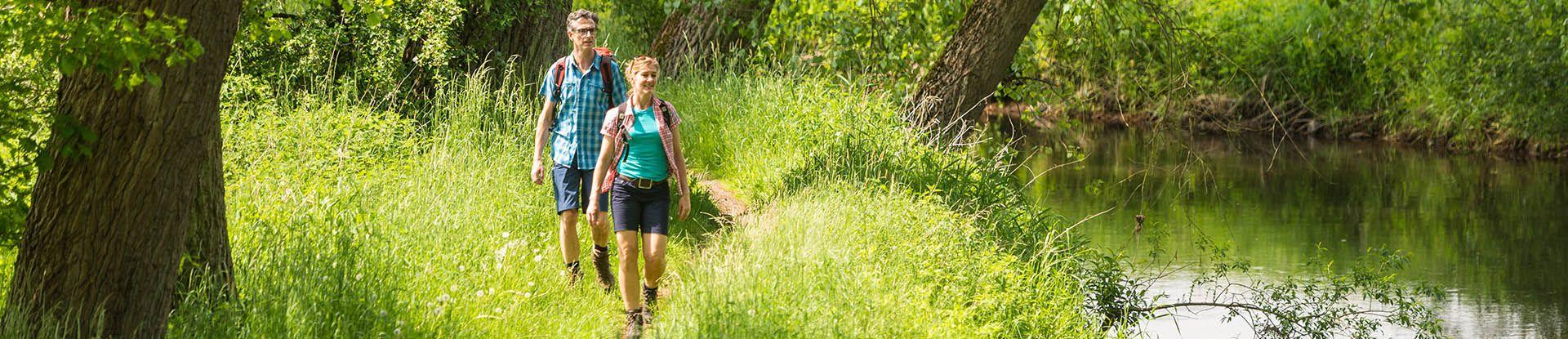 Wanderer auf einem Wanderweg entlang der Ilmenau