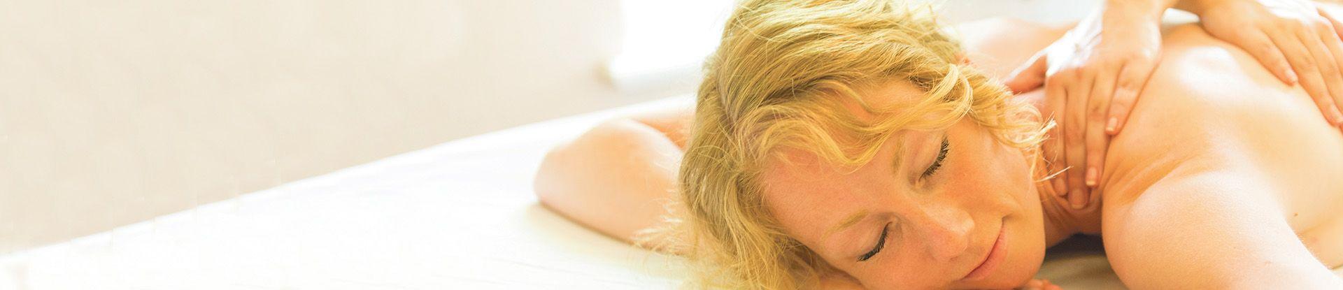 Gast entspannt bei einer Massage im Spa- & Vital Center der Jod-Sole-Therme