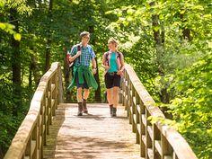 Wanderer auf einer Holzbrücke