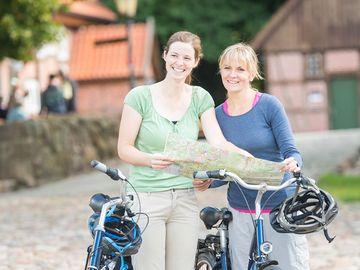 Radfahrerinnen mit Karte
