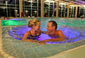 Jod-Sole-Therme Vitalbecken am Abend