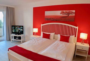 Doppelbett im Appartementhaus Heidelerche