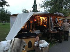 Stand mit Fellen beim Mittelaltermarkt im Kurpark