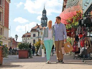 Pärchen beim Stadtbummel in Lüneburg