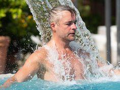 Badegast unter der Nackendusche in der Jod-Sole-Therme Bad Bevensen