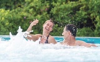 Badegäste im Freibecken der Jod-Sole-Therme Bad Bevensen