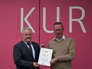 Stadtdirektor Hans-Jürgen Kammer und Bad Bevensen Marketing GmbH Geschäftsführer Gerhard Kreutz mit der Focus Urkunde