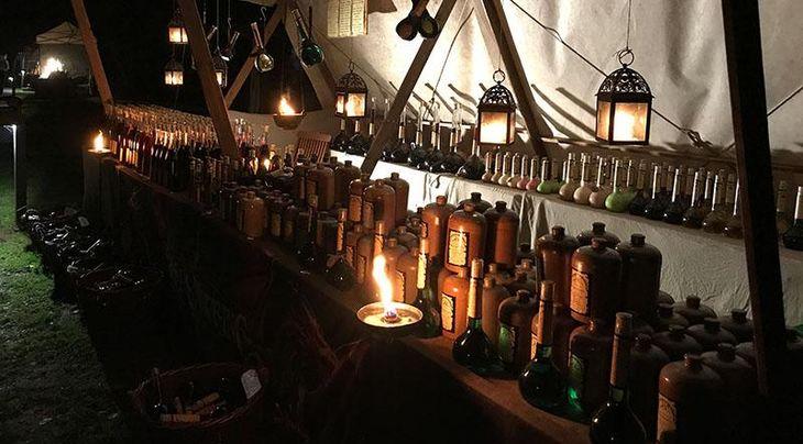 Beleuchteter Marktstand zum Mittelaltermarkt im Kurpark