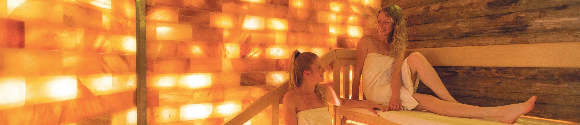 Saunagäste entspannen in der Salzsauna der Jod-Sole-Therme Bad Bevensen