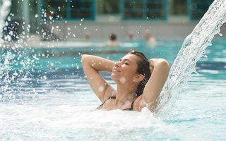 Badegast unter der Nackendusche im Freibecken der Jod-Sole-Therme Bad Bevensen