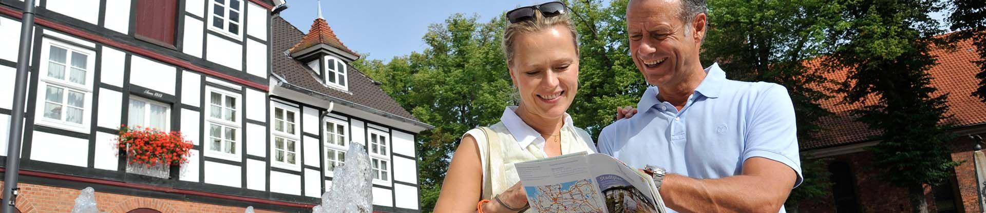 Paar mit Stadtplan in der Innenstadt