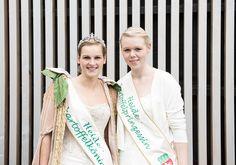 Die Bad Bevenser Heidekartoffelkönigin Juli und ihre Nachfolgerin Luisa
