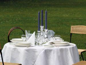 Gedeckter Tisch auf Wiese