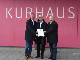 Gerhard Kreutz (Geschäftsführer Bad Bevensen Marketing GmbH), Martin Feller (Bürgermeister Bad Bevensen) und Hans-Jürgen Kammer (Stadtdirektor Bad Bevensen, von li. nach re.)