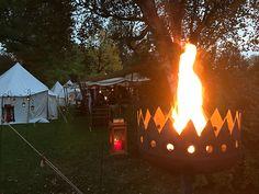 Leuchtende Fackel beim Mittelaltermarkt im Kurpark