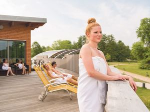 Saunagäste auf der Außenterrasse der Solewelt