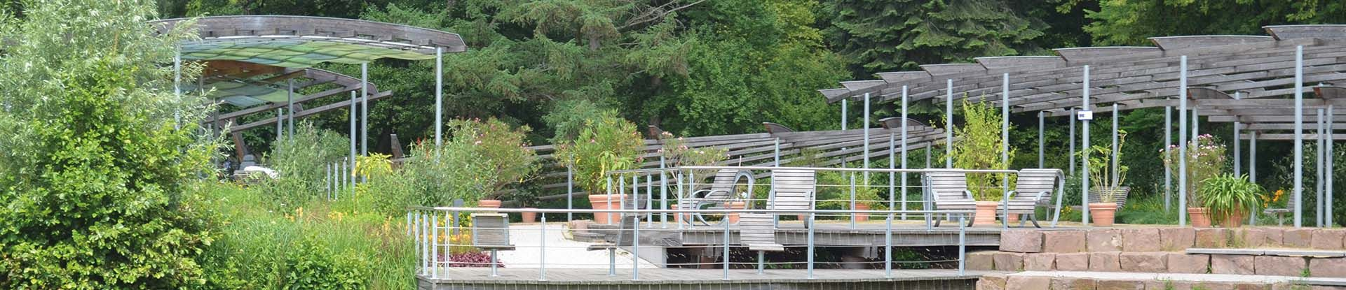 Blick auf die Pergola am See im Kurpark Bad Bevensen